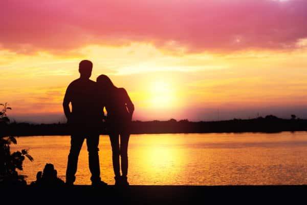 """Muitos casais Psicólogo Gratuito começam seus relacionamentos enquanto moram em casas separadas. Mas os casais Psicólogo Gratuito de hoje continuam vivendo separados muito depois desse período inicial. Um número crescente de pessoas decide prolongar essa separação de vida por anos e, às vezes, indefinidamente. Muitos simplesmente se sentem bem vivendo sozinhos e, quando se associam, não querem mudar Psicólogo Gratuito sua situação de vida. Para entender a extensão desse fenômeno, um Psicólogo Gratuito estudo mostra que 7% das mulheres americanas e 6% dos homens americanos relatam que estão vivendo juntos (LAT). Embora isso soe como uma pequena parte, Psicólogo Gratuito na verdade representa 35% de todos os indivíduos que não são casados ou coabitam no momento. Na França, cerca de um em cada três adultos vive semPsicólogo Gratuito um parceiro em áreas urbanas e, como em muitos países da OCDE, cerca de um quarto dessas pessoas relatam estar em um """"relacionamento íntimo estável"""" com alguém que vive em outro lugar. Ao todo, quase um em doze está em uma parceria estável e não coabitante. Seguindo esses números, um novo estudo, conduzido por Arnaud Régnier-Loilier, analisa o levantamento Psicólogo Gratuito EPIC (Étude de parcours individuels et conjugaux) das trajetórias individuais Psicólogo Gratuito e conjugais entre 7.825 homens e mulheres de 26 a 65 anos residentes na França. Psicólogo Gratuito Este estudo examina a prevalência deste fenômeno crescente e as características das Psicólogo Gratuito pessoas que escolhem este arranjo vivo a Psicólogo Gratuito longo prazo."""